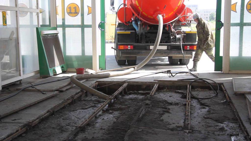Современные автомойки используют большое количество воды и применяют специальные моющие средства: бесконтактные шампуни, активную пену, средства для удаления битумных пятен и другие химические составы. Получившиеся отходы не подлежат естественной утилизации: в них содержатся тяжёлые металлы, химически активные вещества и многочисленные вредные элементы, а также грязь и пыль, стекающие с автомобилей. Получившаяся смесь жидких отходов оставляет после себя песчано-иловый осадок, который необходимо регулярно вычищать. С данной задачей прекрасно справляется компания «ЭкоСити». Мы занимаемся откачкой ила на автомойках, обслуживая компании несколько раз в год для лучшего результата, гарантирующего бесперебойную работу автомойки. Мы успешно очищаем отводные системы и фильтры, забитые илом и песком, поддерживая работоспособность насосного оборудования. В ходе работы мы используем специальный илосос, способный быстро очистить поверхность от вязких и густых отходов и нечистот с большой глубины. Воды под высоким давлением способны размыть плотный осадок и успешно очистить поверхность с помощью мощного илососа.